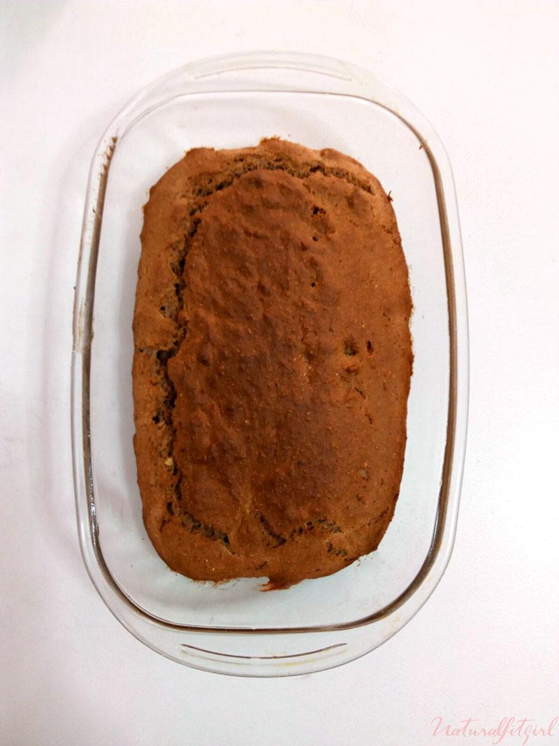 brownie fit después de hornear en recipiente de cristal