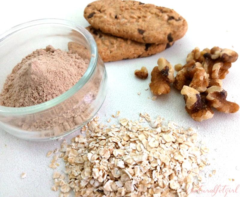 Ingredientes para elaborar un brownie fit sobre fondo blanco