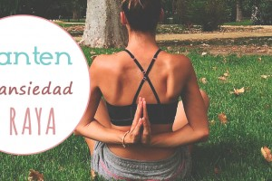 chica haciendo yoga para mantener la ansiedad a raya