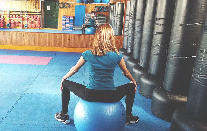 chica eliminando la ansiedad con ejercicios de relajación en fitball