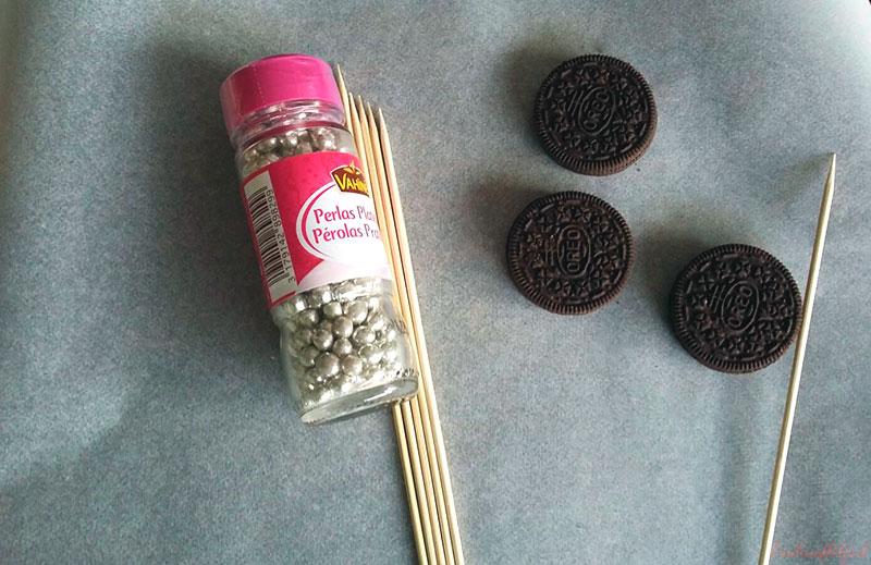 galletas oreo y azúcar decorativo para reno navideño