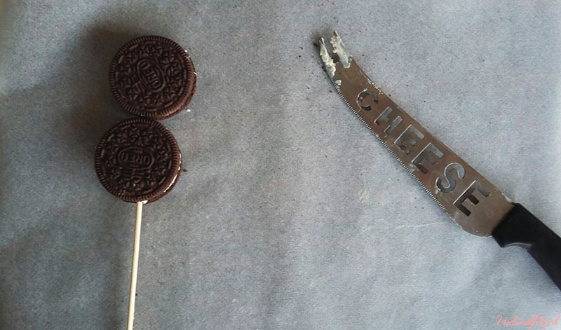 galletas oreo con palillo sobre papel vegetal