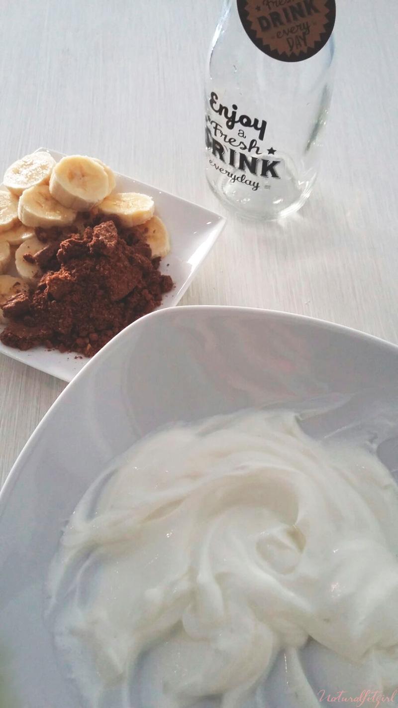yogurt natural en bol acompañado de cereales muesli y plátano