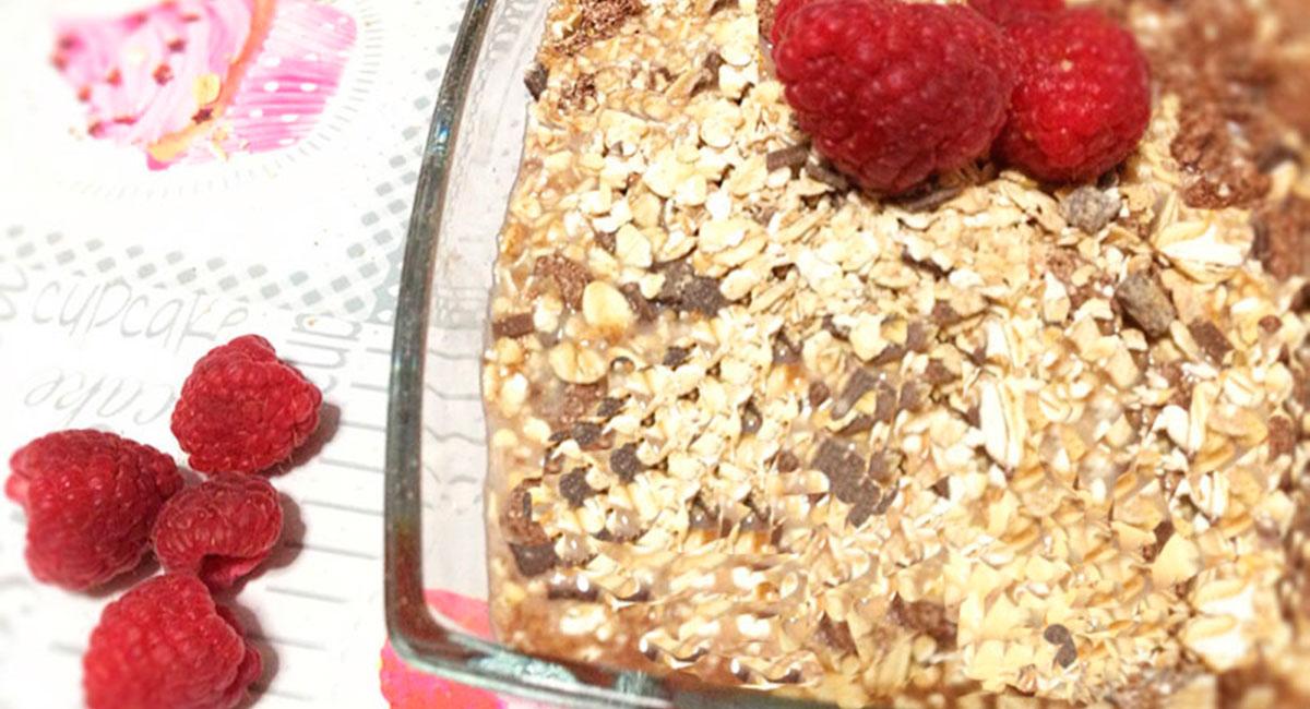merienda-cereales-de-avena con chocolate sobre mantel gris