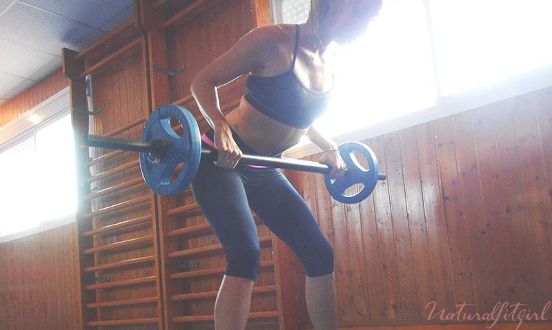 chica con pesas en el gimnasio