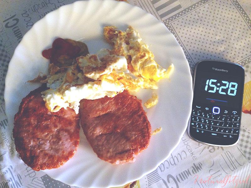 malos hábitos, comer con prisa: hamburguesas y huevo con reloj al lado