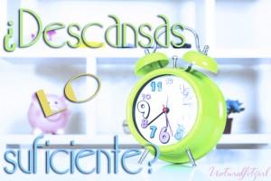 reloj verde sobre fondo blanco