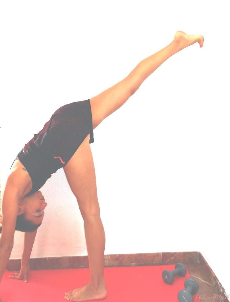 chica estirando pierna durante un ejercicio pasivo
