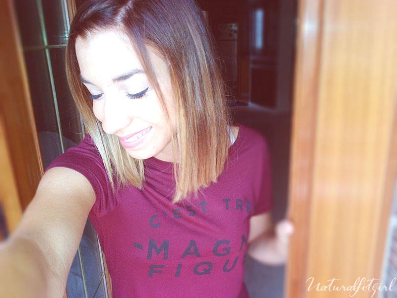 chica sonriendo con camiseta burdeos