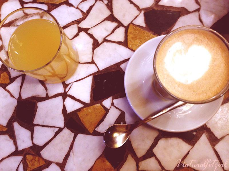 cafe y zumo sobre mesa de mármol
