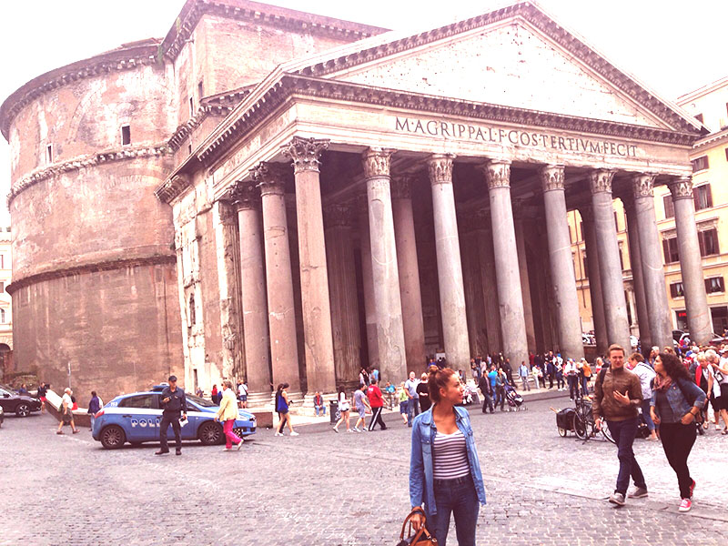 chica en el panteón de Roma