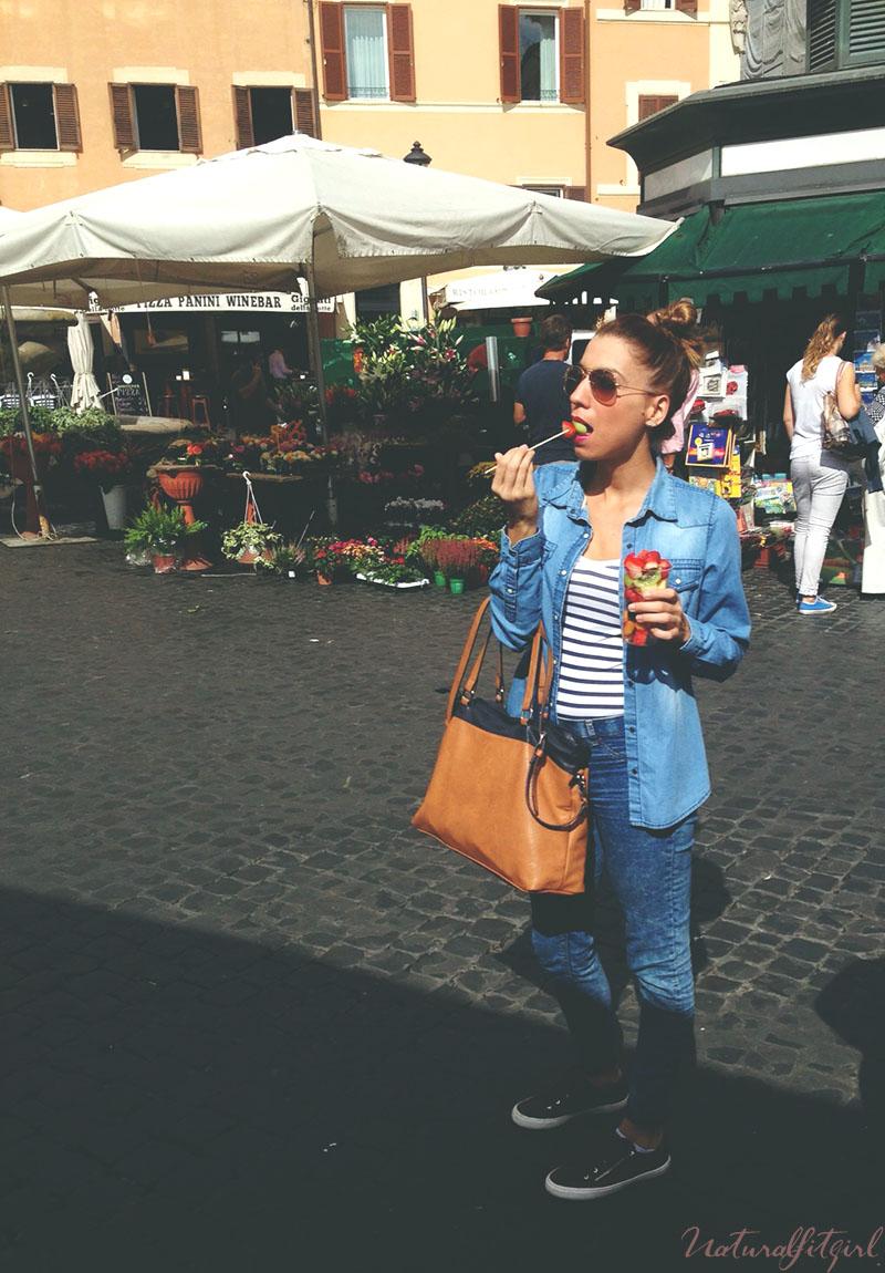 chica comiendo fruta en Roma