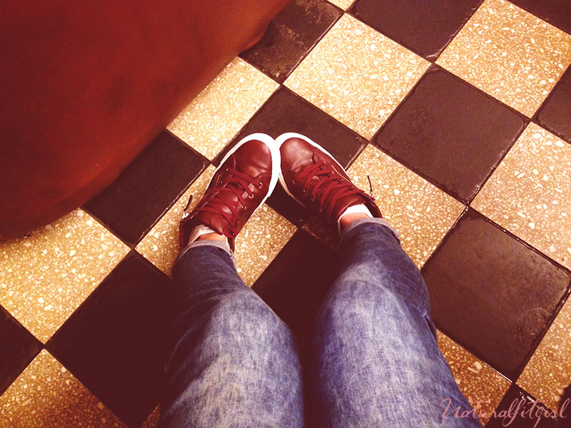 zapatillas burdeos cordones sobre suelo de cuadros