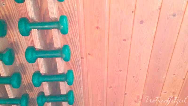pesas en el gimnasio sobre madera