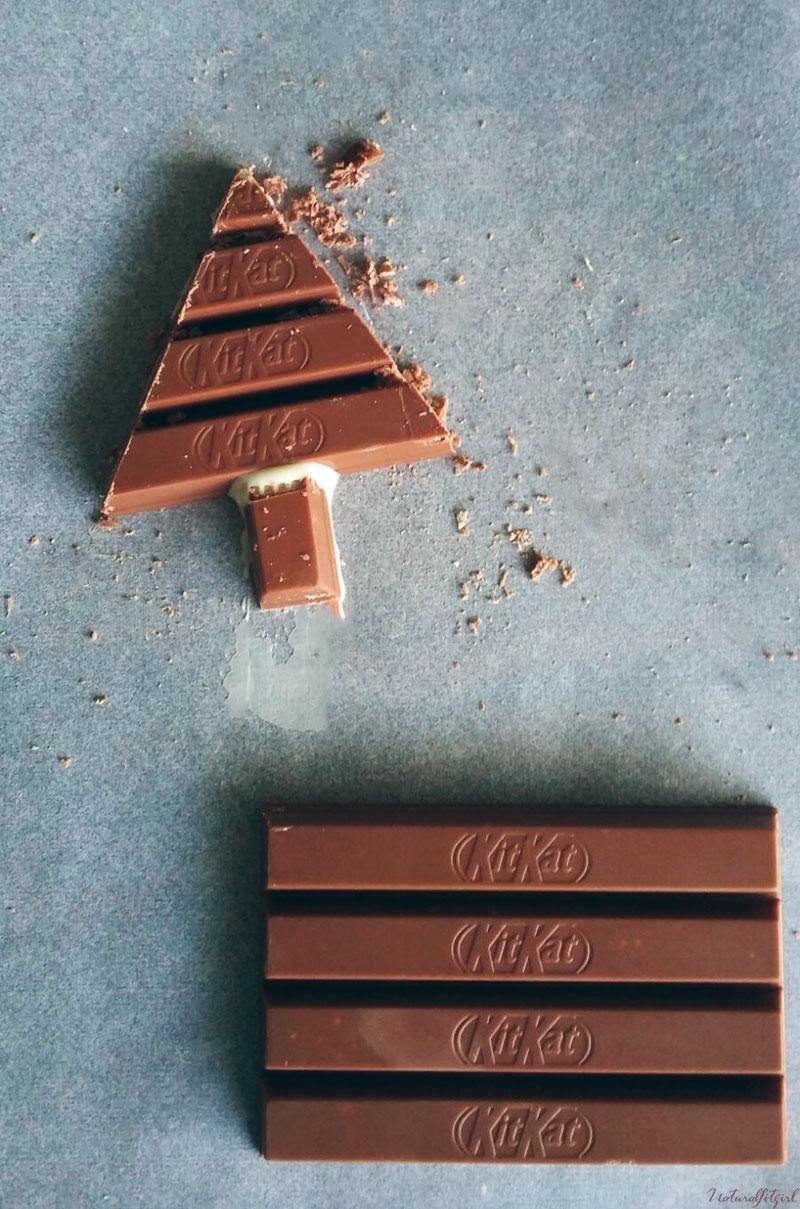 corte de kitkat para árbol navideño sobre papel vegetal