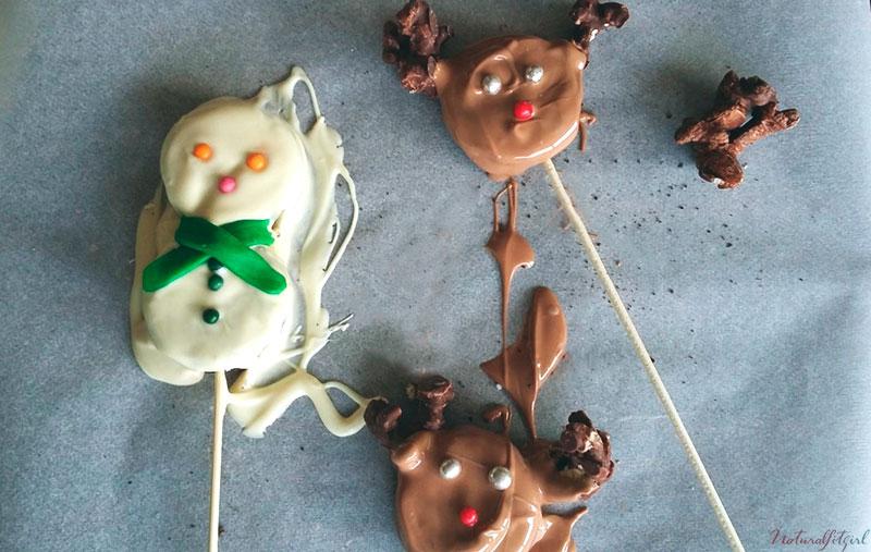 muñeco de nieve y renos navideños sobre papel vegetal