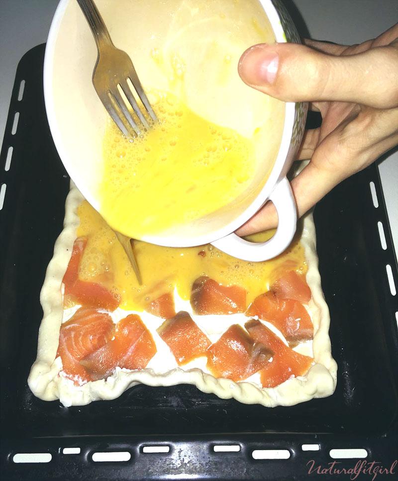 Verter los huevos sobre la masa de hojaldre