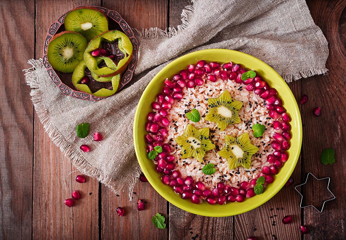 Porridge de avena con granada y kiwi